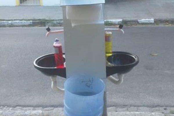 morador instala pias na rua