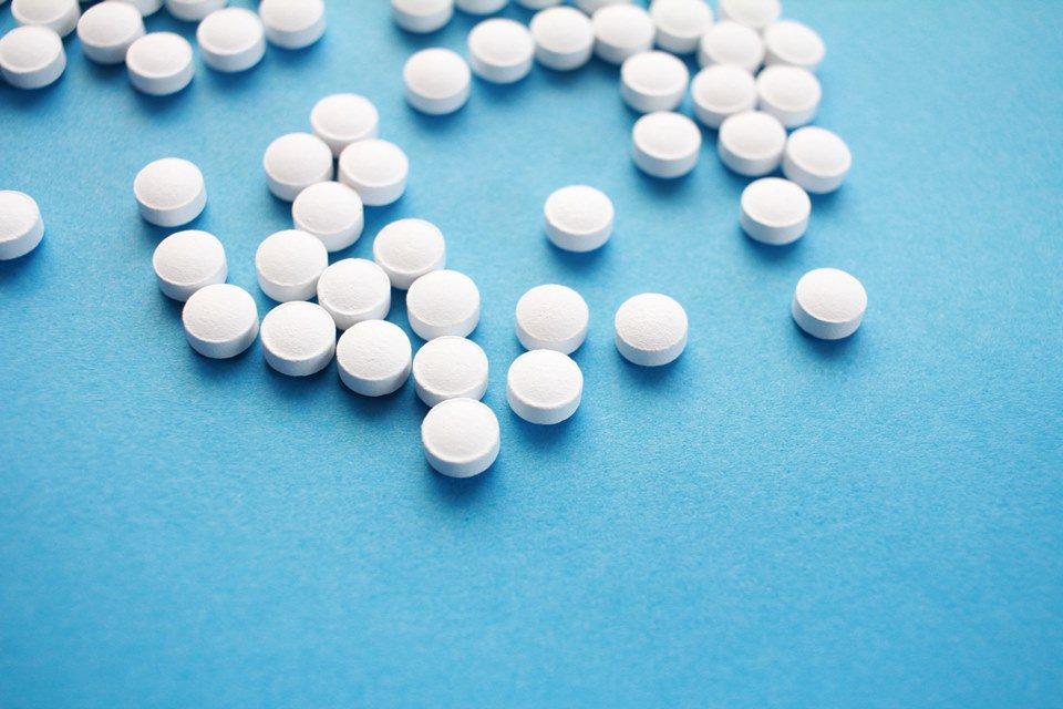 comprimidos em fundo azul
