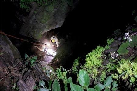 Com lanterna, bombeiros tentam resgatar jovem à noite