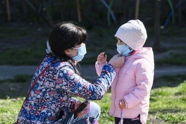 Mãe e criança - pandemia coronavírus