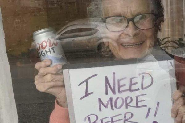 idosa pedindo cerveja durante isolamento