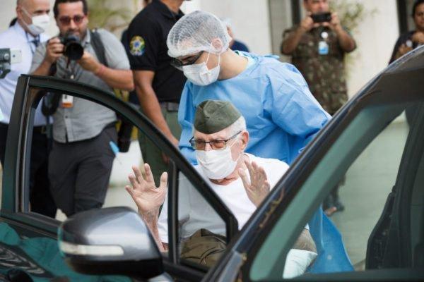 Idoso de 99 anos se cura do coronavírus e tem alta do HFA. O ex-combatente de guerra, Ermando Armelino Pivita, recebeu alta na tarde desta terça-feira.
