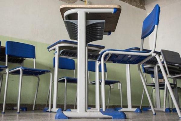Carteira em escola de Samambaia com sala de aula vazia