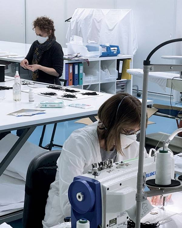 fábrica da Dior produzindo máscaras de proteção