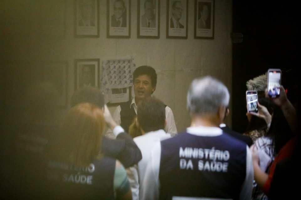 Mandetta é recebido por servidores e tem o quadro de ministros adicionado na parece do ministério. Fotos: Igo Estrela/Metrópoles