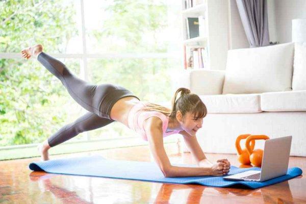Mulher fazendo exercício em casa