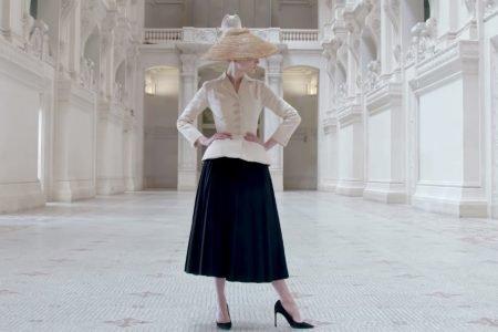 Cena de documentário gratuito sobre a megaexposição Christian Dior: Designer de Sonhos