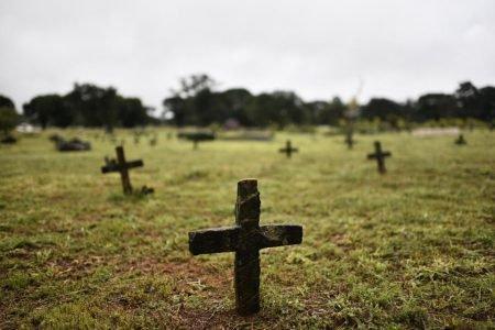 Segundo funcionários, familiares não estão frequentando o cemitério com o isolamento social