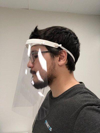 estudante usando face shield