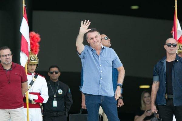 Bolsonaro cumprimenta eleitores no Palácio do Planalto
