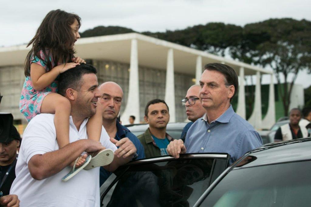 Bolsonaro cumprimenta apoiadores em frente ao Palácio do Planalto