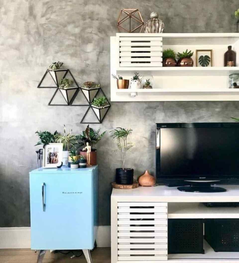 Objetos e papel de parede na sala