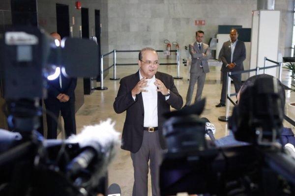 Governador Ibaneis Rocha fala com a imprensa na saída oeste do Palácio do Planalto após conversa com o presidente Bolsonaro sobre reabertura das escolas e comércios. Fotos Igo Estrela/Metrópoles