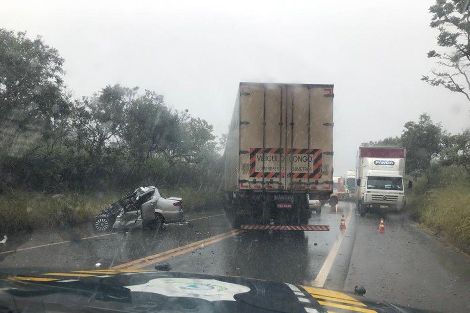 Três pessoas morreram em um grave acidente na BR-020, na altura de Formosa, no Entorno do Distrito Federal. A colisão aconteceu na tarde desta terça-feira (21/04) e envolveu uma carreta e um carro de passeio.