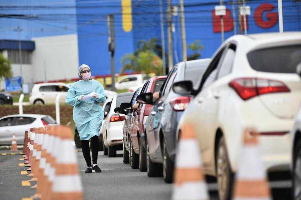 Fila de carros era muito maior nesta quarta (22/04) do que no primeiro dia de exames