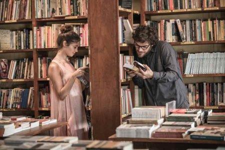 Sophie Charlotte e Emilio Dantas em uma biblioteca