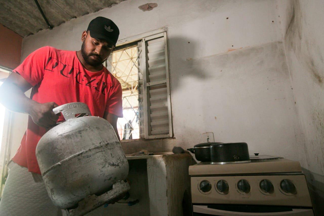 """Na espera pelo """"coronavoucher"""", desempregados vivem drama no DF"""