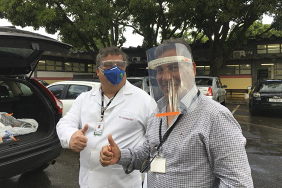 Dentista entrega máscaras para servidores
