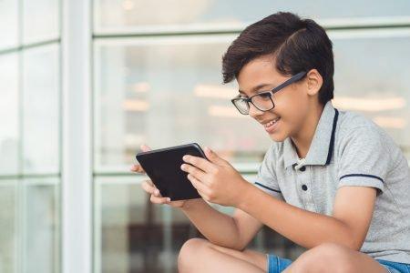 criança celular aula on-line