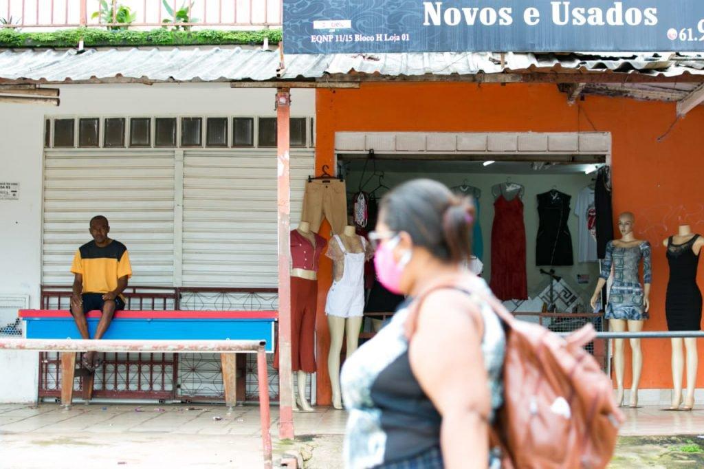 Morodores do entorno com lojas abertas e pessoas na rua