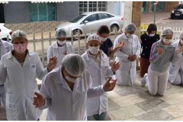 Funcionários do hospital rezam