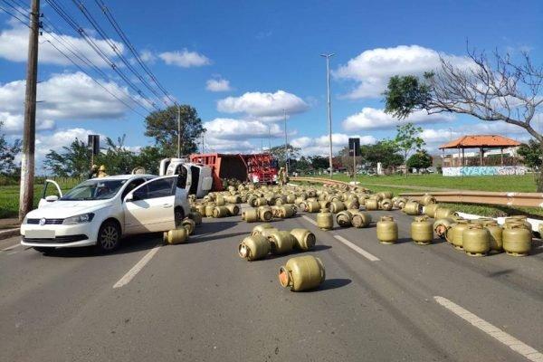 Caminhão tomba e botijões de gás se espalham em via no DF