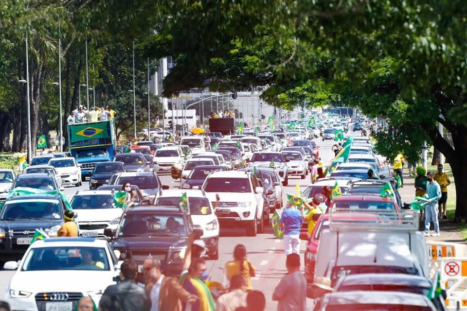 Manifestantes fazem carreata contra Maia e Moro na Esplanada