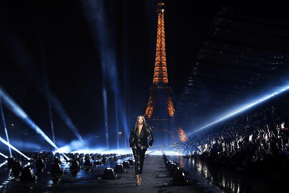 Naomi Campbell na passarela da Saint Laurent com a Torre Eiffel ao fundo