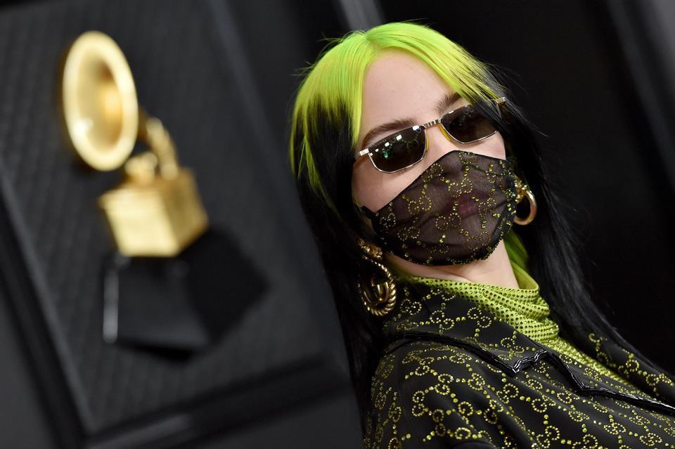 Billie Eilish no Grammy 2020 usando look completo da Gucci