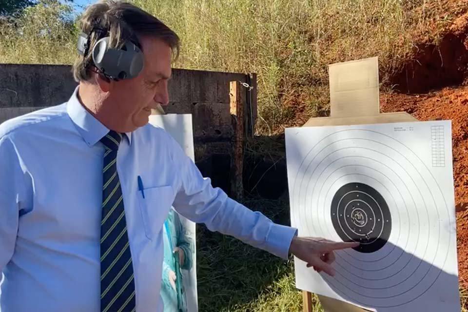 Bolsonaro vai a estande de tiro
