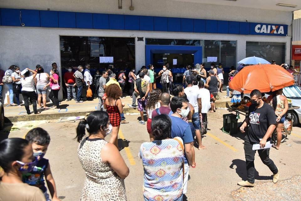 As filas são enormes na frente das agências da Caixa: medo do coronavírus