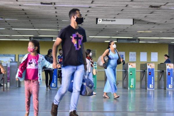 A maioria da pessoas que passou pela estação de metrô de Taguatinga usava a máscara