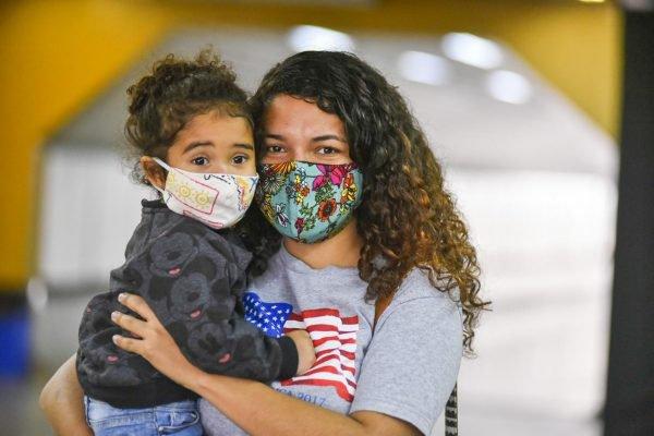 Nathália Brandão com a filha Valentina falam sobre uso da máscara