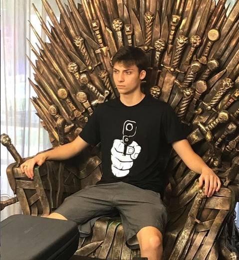 Renan Bolsonaro sentado no trono do Game of Thrones