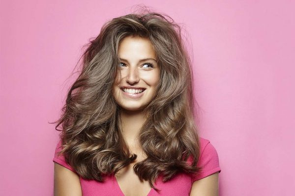 modelo de beleza com cabelos bagunçados