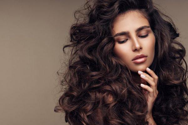 Mulher com o cabelo ondulado