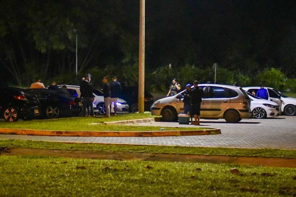Carros parados em estacionamento