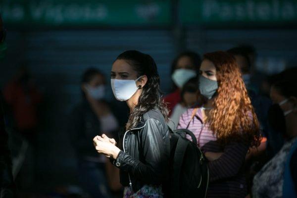 Mulher usando máscara de proteção (Covid-19)