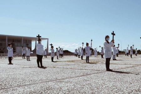 Enfermeiros fazem protesto pacífico por melhores condições de trabalho na luta contra o coronavírus