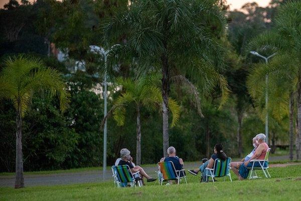 Brasilienses-descumprem-o-isolamento-social-e-aproveitam-o-feriado-no-Lago-sul-jovens-bebendo