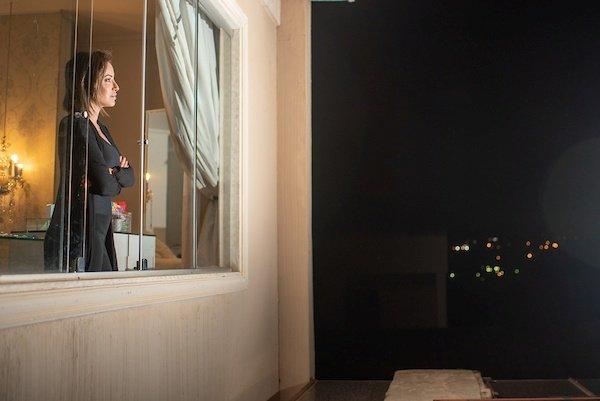 Mulher na janela olhando o horizonte