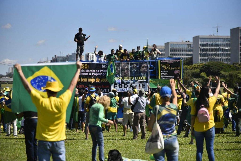 manifestantes pró-Bolsonaro se reúnem na Esplanada