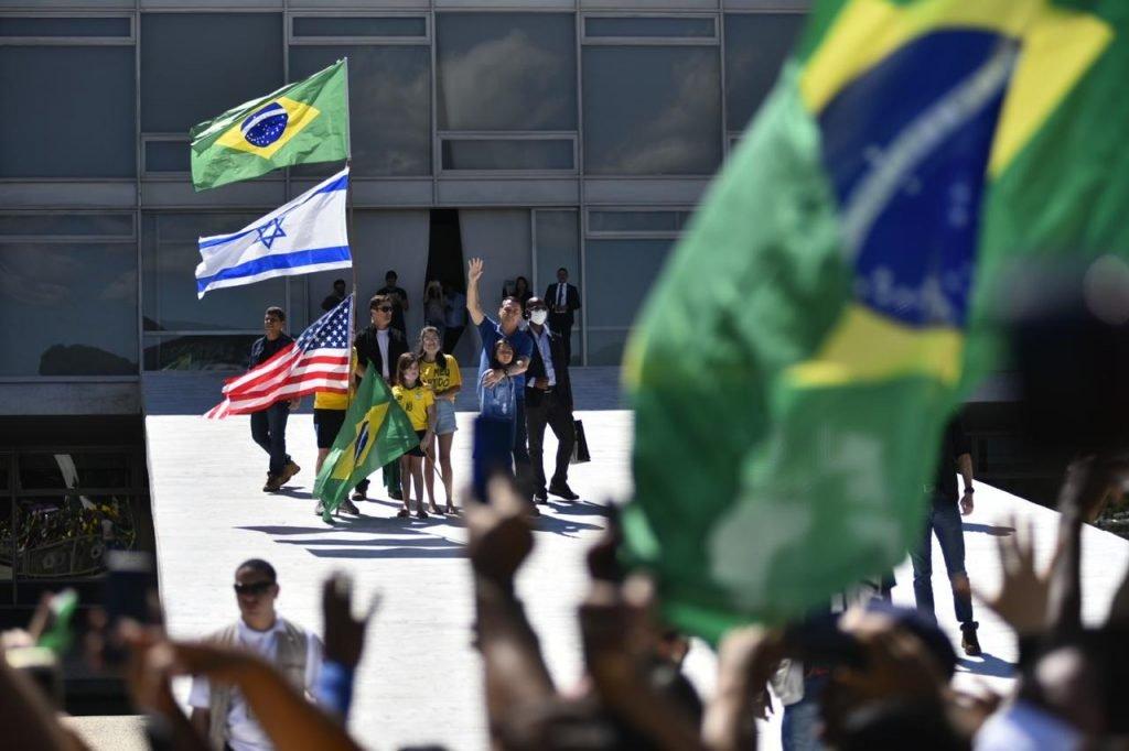 Bolsonaro aparece em ato pró-governo