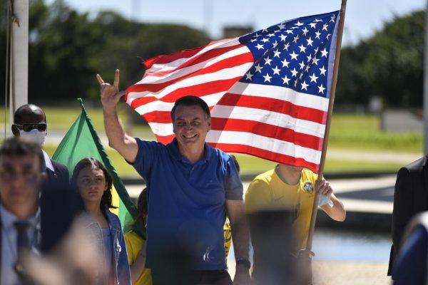 Bolsonaro na frente de bandeira dos Estados Unidos