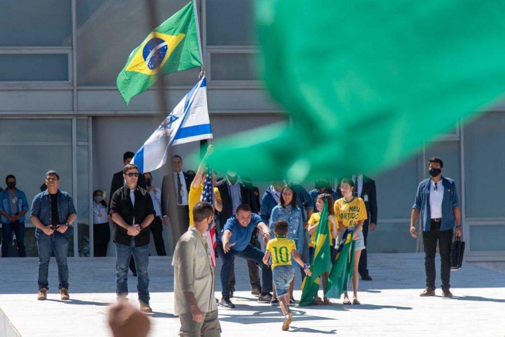 Bolsonaro recebe criança durante protesto em brasilia