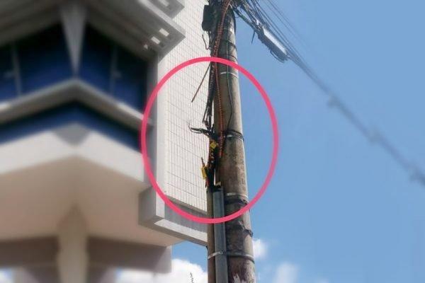 Poste com fios cortados