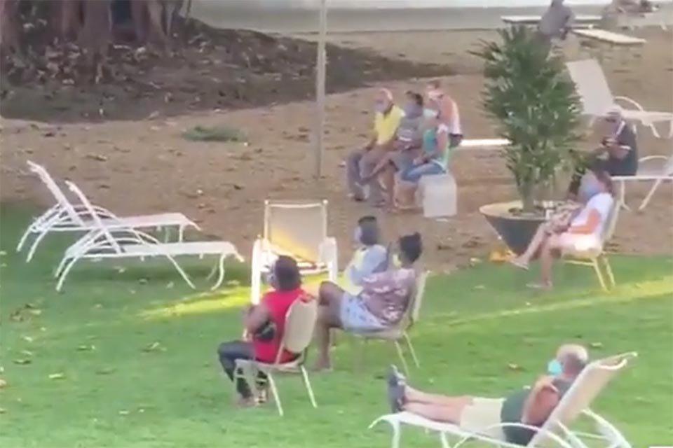 Idosos em cadeiras no gramado
