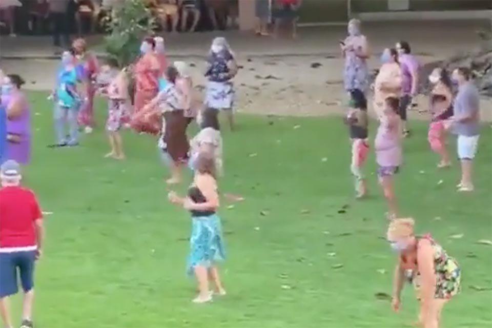 Idosos dançam em gramado de hotel