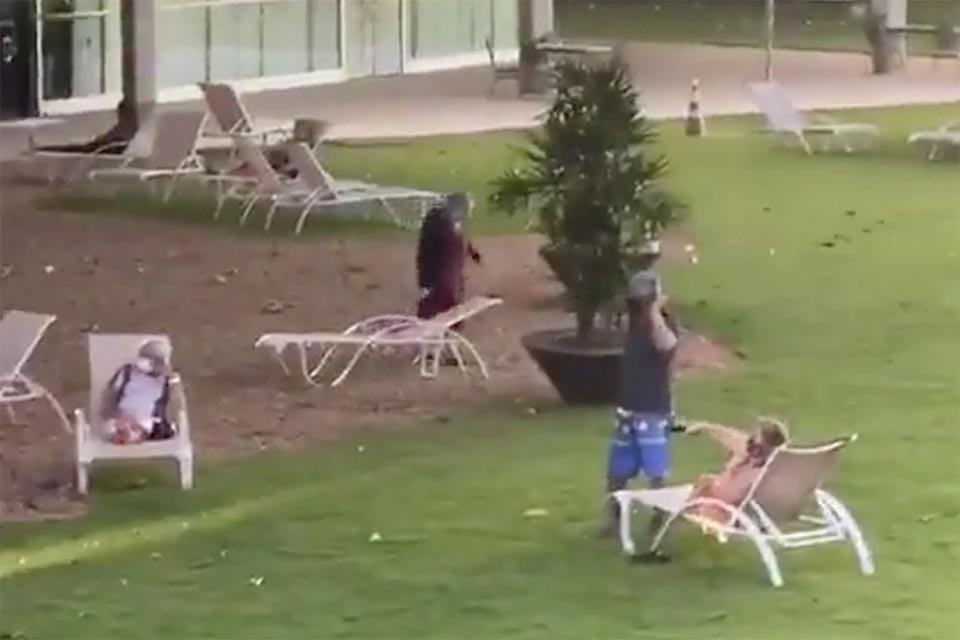 Idoso em cadeiras no gramado do Brasília Palace