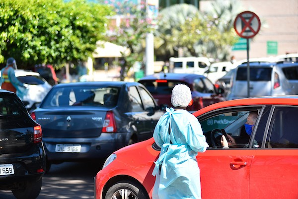 Pessoas aguadam nos veículos para realizar testes rápidos para detectar novo coronavírus